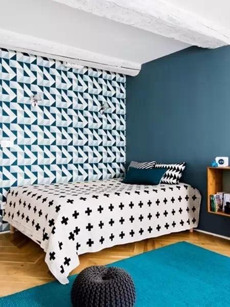 巧搭图案:主人在卧室采用了和客厅互补的蓝绿色系,适当灰度让空间更具私密性。在相邻墙面上使用蓝白色几何图案墙纸与蓝灰色涂料,交叉营造出趣味性
