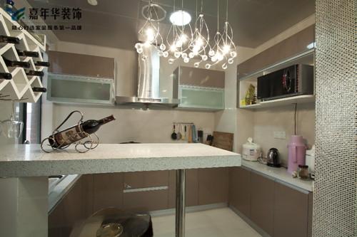由于采用开放式厨房的设计处理,故厨房的烹饪灶具一定紧邻烟道达到功能优化,局部阳角的处理则采用鎏银马赛克90°包角处理,勾勒出的线条更体现了时代气息