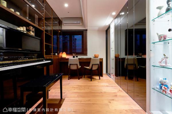 书房/多功能室以架高的木质地坪铺述,营造内部的温润质感;与电视墙链接的地方,则特别砌出开放的展示柜,提供屋主放置珍藏。