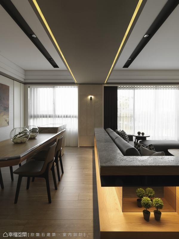 对应沙发靠背的装置平台之上,设计师注以光带引导,形成视觉尺度的延伸效果,同时一并化解了大梁压迫的尴尬状况。