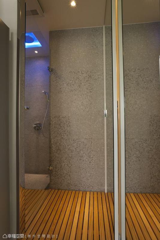 LED大花洒、马赛克主题墙与耐潮湿的桧木地板,让屋主从视觉与嗅觉感知全然的舒适放松。