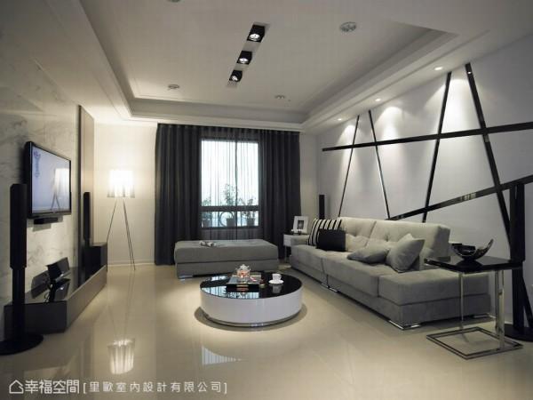 沙发背墙以黑色烤漆玻璃搭配木作沟缝式的层次立面的安排,以经典的黑白彩度,延伸出专属的时尚个性的美感,线性导引视角,有放大空间的效果,藉由灯光的汲取,线面渐进的表情更加丰富。