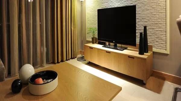 客厅里的电视背景墙原始风味十足,简约却极具设计感。搭配木色家具,将日式风格中揉入些许LOFT元素,效果很好。