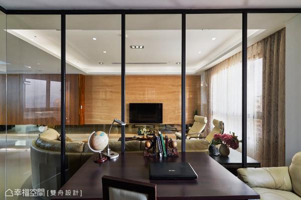设计师使用穿透感的灰玻及镀锌磨砂的铁件,作为书房与客厅的区隔,塑造书香弥漫的场所。
