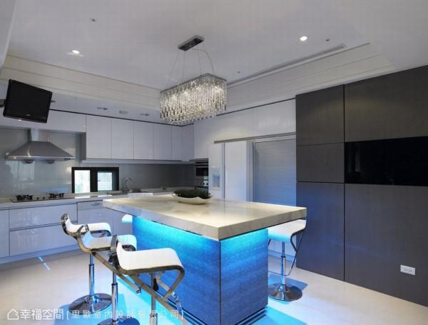 中岛的设置,在于将餐厅的机能与厨房收纳机能做合并设计,规划可容纳八人的座位空间,强调地域与机能性的整合建立,以期给予区域最大的坪效安排。