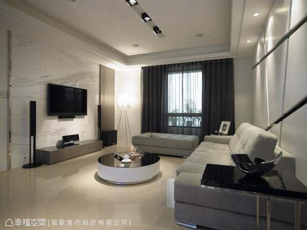 主墙面以银狐大理石做背景、金属做线条的修饰、皮革贴覆柜体,展现时尚高雅的宅邸基调。