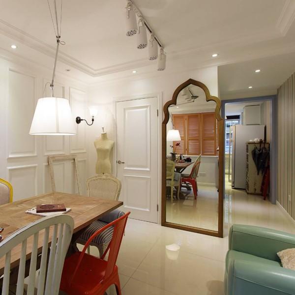 整个客厅呈现了一片浓厚的复古风格,自然的做旧细节,金属和木质的混搭,复古又颇具现代感。客厅内的穿衣镜和模特架是不是让你猜测到主人的工作性质呢?