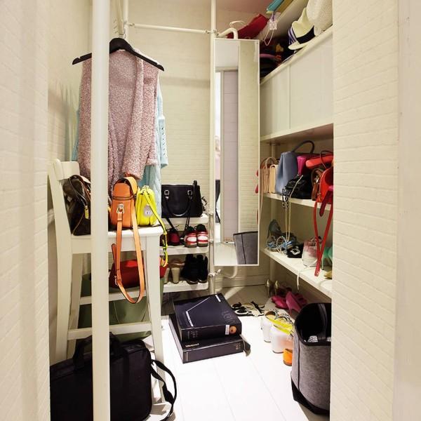 卧室辟了一部分,做了步入式衣柜,大开面,一字型展开,面积够大,衣服包包,鞋子,棉被都可以存放
