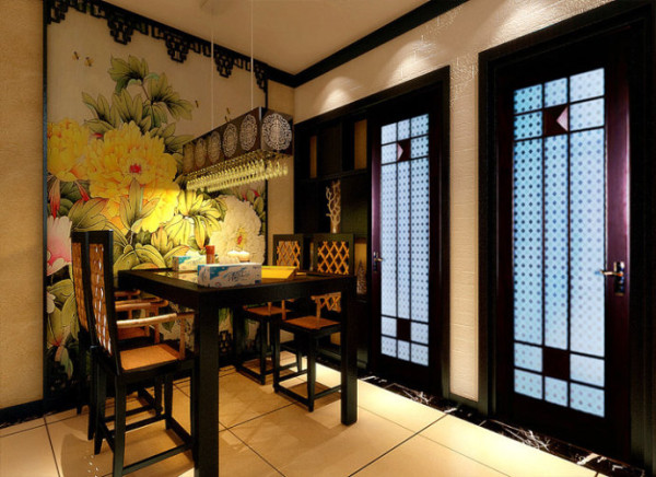 餐厅:中式大面积壁 设计理念:大幅牡丹壁纸配以中式的餐桌,营造出一个优雅大气的用餐环境。 亮点:餐桌上的灯具选择尤为重要,光源既要充足,造型亦要出彩。