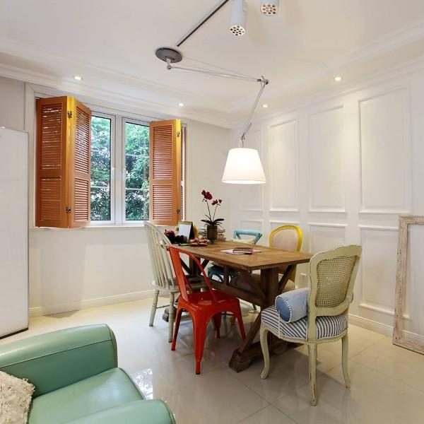 屋主是一个椅子控和色彩控,不同色彩和风格的椅子包围着餐桌,客人喜欢哪个就坐哪一个。主人也会根据今天的心情而择