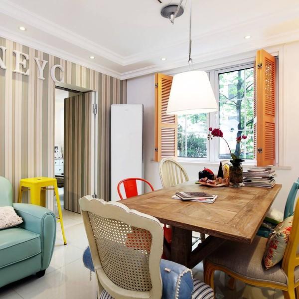 客厅相当简洁,餐桌同时也是屋主的办公桌,因此桌面上方装了一个摇臂的工作吊灯,可以随意控制光源办公