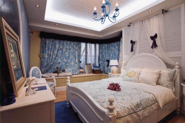窗帘、桌巾、沙发套、灯罩等均以地中海特有的蓝色调的棉织品,加上素雅的小细花条纹格子、蓝条的壁纸、百叶窗、金银铁的金属拼花的锻打铁艺,蓝与白不同程度的对比与组合发挥到极致,也是地中海风格独特的美学产物