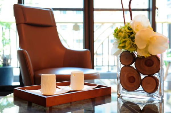 主卧室则用色温婉,以简单的古典线版呼应设计元素,其淨白纯粹,更能沉淀心境,转换生活的感官。