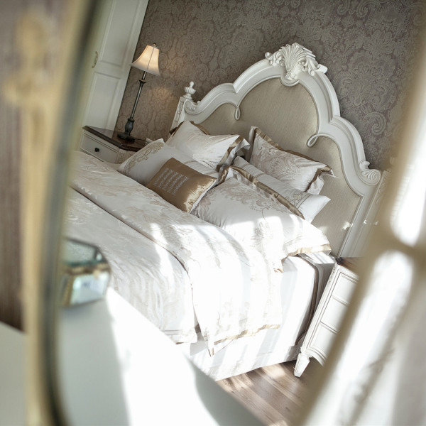 面中折射出主卧的公主床,女主人淡妆浓抹的时候,心情总是十分愉悦。