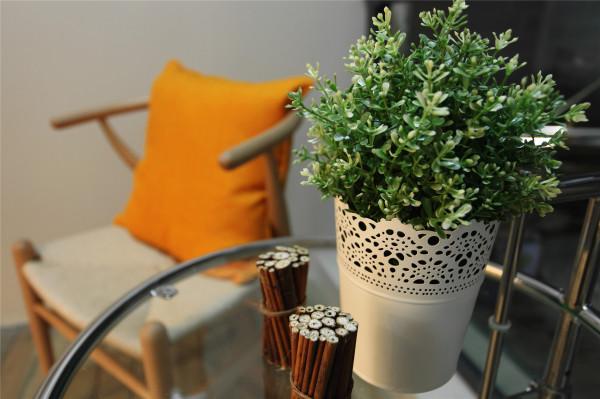 简单的一个小角落,淡雅的植物和黄色的靠垫,每一处的细节都体现了设计师的设计灵魂。