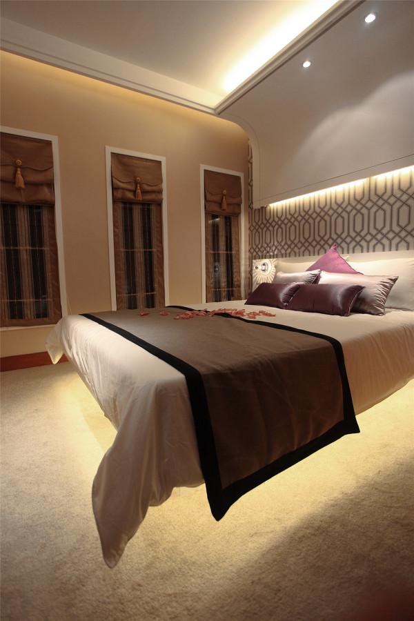 卧室的造型设计简单、大气,没有主光源的设计,全部采用的是二级光源,整体感觉温馨。