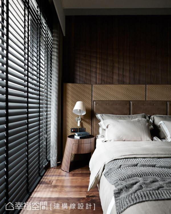 床头壁面从温润的木皮、到老师傅手工编织的皮革,都经过层层精心搭配,构筑出空间的协调感。