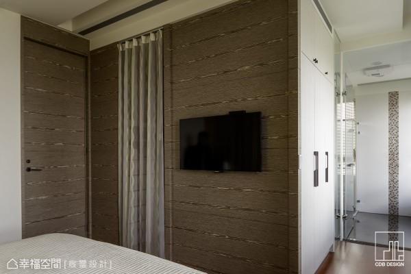 巧妙以三道衣柜量体透过座向的排列,在床尾创造出小型更衣储物空间,以及通往卫浴的廊道,衣柜侧面利用木作施工加以修饰后,成为电视主墙。