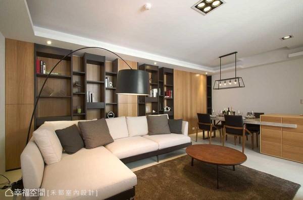 考虑屋主有着众多古玩收藏,沙发背墙处设计师陈弘芫以不规则层板为结构,错落拼接提升赏玩趣味。