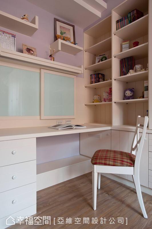墙面贴上有壁贴装饰,书桌前设计窗景造型,延伸出无限想象的角落。
