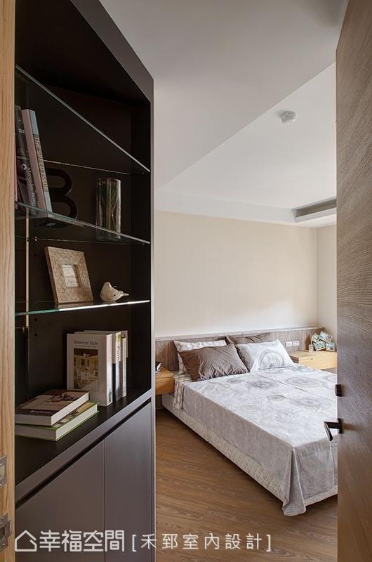 为让斜向的主卧空间和公领域流畅串联,入口柜体修以斜向,修饰性手法呈现格局的方正尺度。