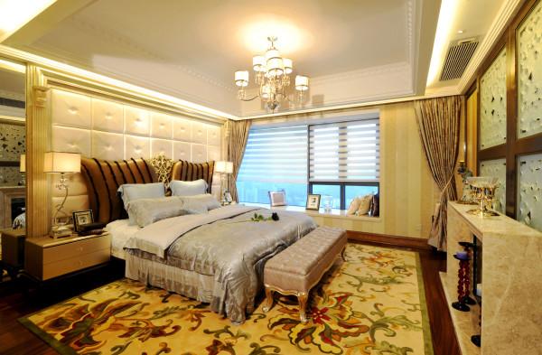 卧室:繁花似锦的地毯,奢华的装饰镜,敦厚精美的床,都能带出古典欧式风格特有的质感。卧室的整体感觉端庄优雅,仿佛将人带入十八世纪保守意大利贵族的舞会中,欧式风格也是最能体现身份地位的一种风格。