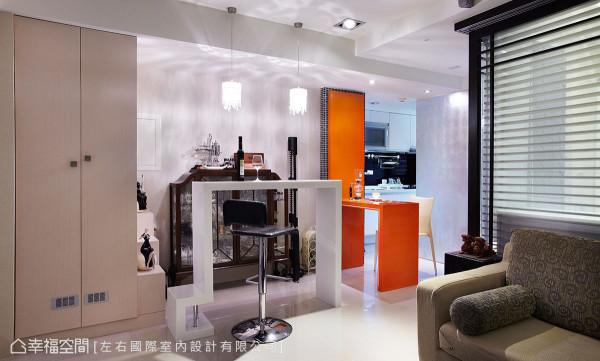前卫利落的白色造型吧台,后方混搭英式古典收纳柜,冲突间见设计趣味。