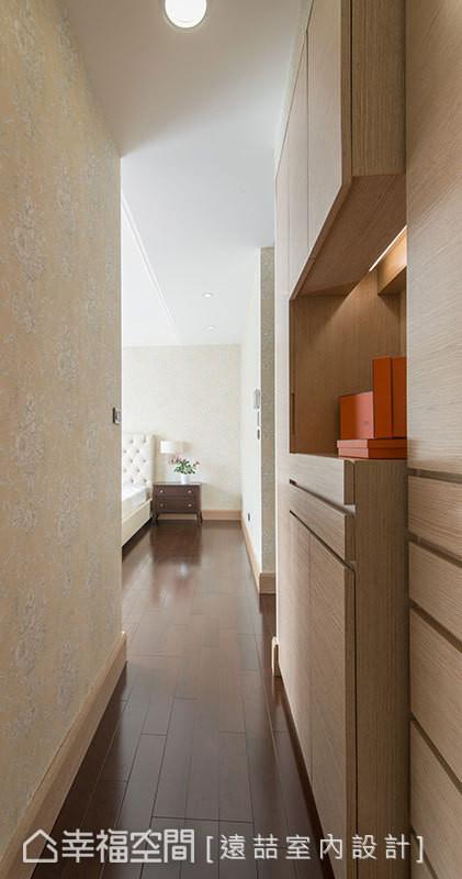 为了不让柜体限缩空间尺度,远喆设计将收纳柜体整合在床尾处以及更衣室。
