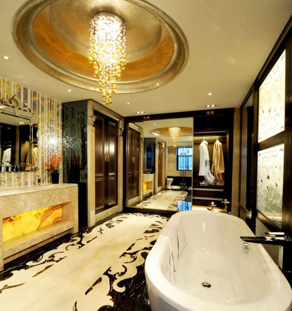 卫生间:欧式风格总是给人以富丽堂皇、雍容华贵的感觉,卫生间也不例外。虽然这个卫生间本身并不大,但是华丽的灯具、镜子、小饰品、再加上欧式的壁纸,整个卫生间自然而然就流露出一种西洋的调子。