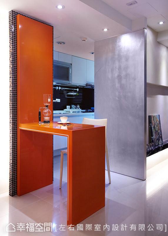 从墙面延伸的简约餐桌,大胆耀眼的亮橘色系,交织出仿若装置艺术作品的视觉焦点。