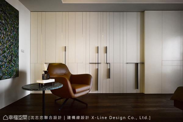 把衣柜当成现代感的画作,将白色基底当成画布,黑色铁件把手当成线条,发展出一幅极具现代感的画作。