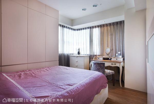浅白温润的主卧房中,搭配古典梳妆台增添浪漫氛围。