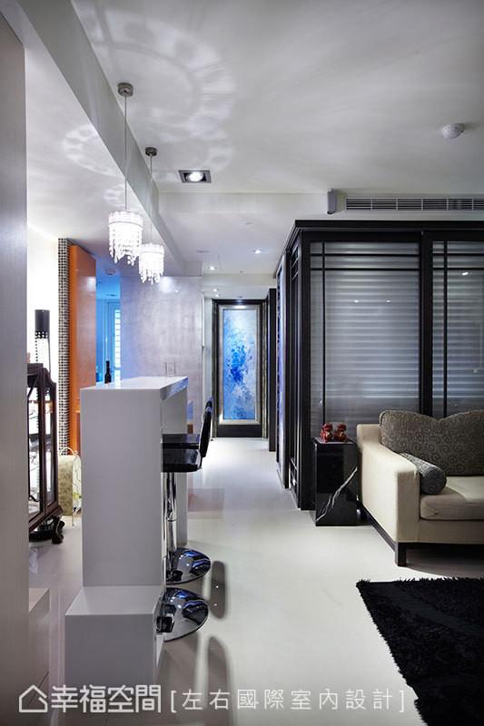 空间视野凝于端景墙处设计师的手绘画作上,增添现代空间里的场域温度。