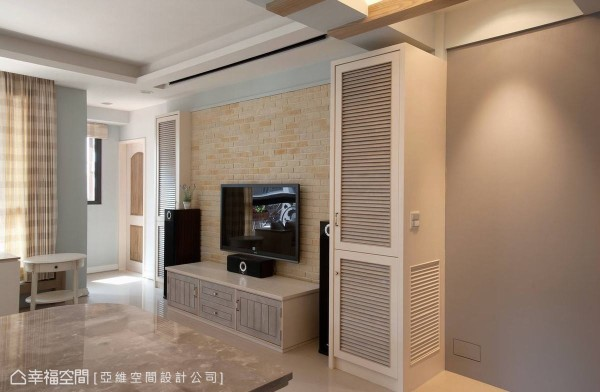 采用文化石带来复古仿旧的质感,百叶窗造型的橱柜,隐约流露出独特法式风情。