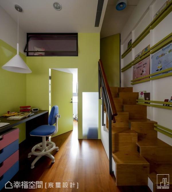 共享的阅读空间之后,设计者利用上下夹层规划出两个宝贝各自的卧眠区,树屋般的高低错层既独立又可相互陪伴。