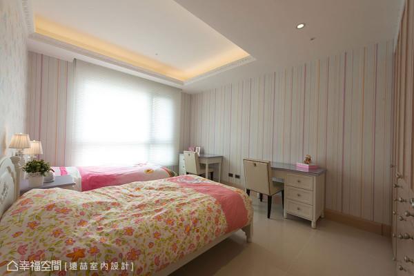 粉色调的女孩房中,两个小女孩各拥独立卧床、书桌与衣柜收纳机能。