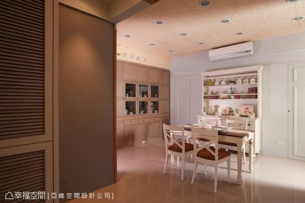 木作白色调的餐桌椅和格纹布艺,都流露出古典风格的设计,营造出另一种的悠闲情调。