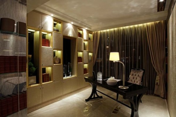 书房的装修:简单的书桌,棋盘格的书柜,有种简单的舒适感