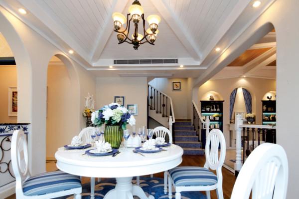 餐厅的设计还是采用简单的圆形餐桌,配上蓝白相间的桌椅,看起来清新舒适。