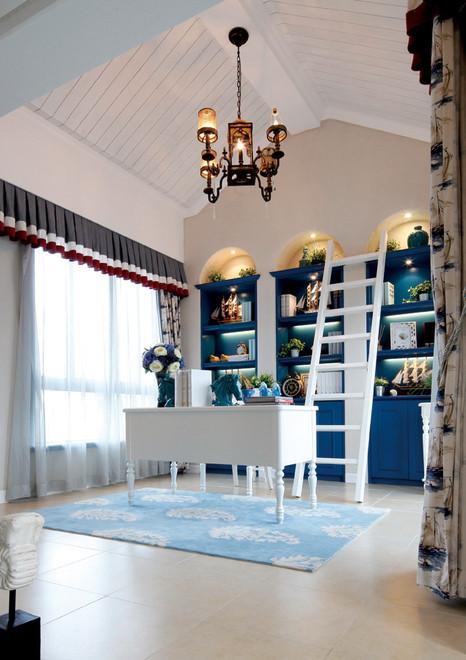 书房实景图:白色的吊灯,蓝色的书柜,简单点的水晶灯,一切简单舒适