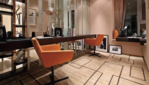 书房装修,常常的书桌,配上橘色的椅子,空间明亮。且可以一家人一起学习办公