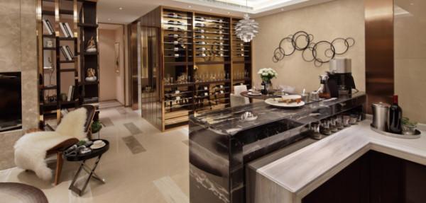 餐厅装修:精美的酒柜设计,金属感十足。