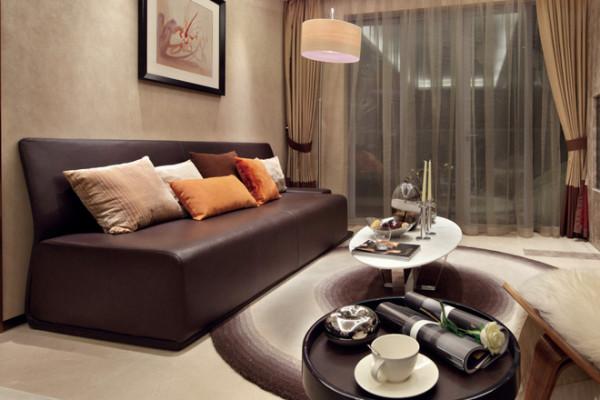 客厅装修:简单的棕色沙发,配上圆形的地毯,让客厅随性实用。