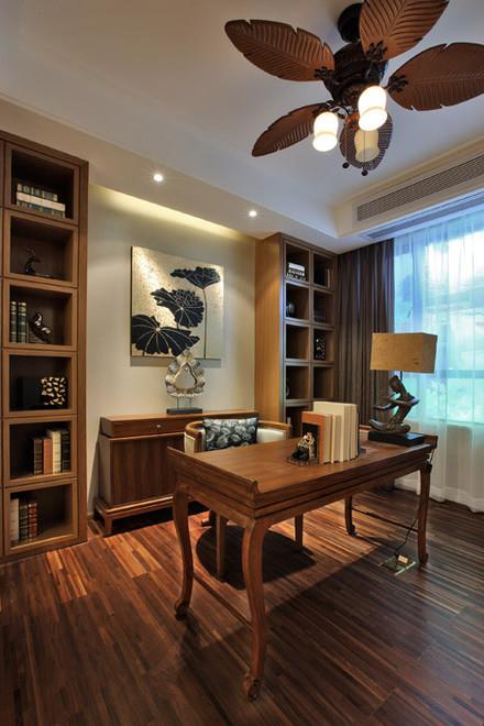 书房实景图:书房以金色丝制布料结合光线的变化,创造出内敛谦卑的感觉。
