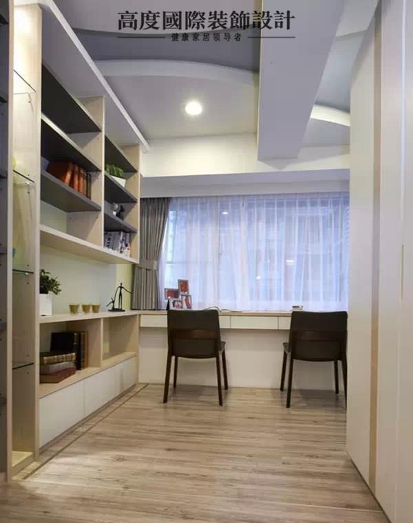 书房天花板有一根大梁,为消除视觉上的压迫感,设计师以圆弧的线板,柔化空间的线条。