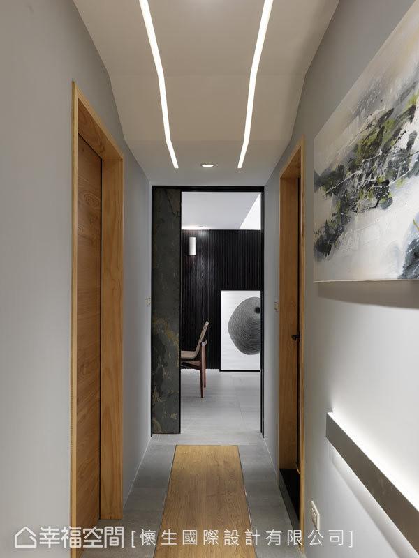 彷佛艺廊的廊道空间,一扫大家印象中的阴暗感,并藉由灯带的设置及地坪铺设,增添丰富的场域之美。