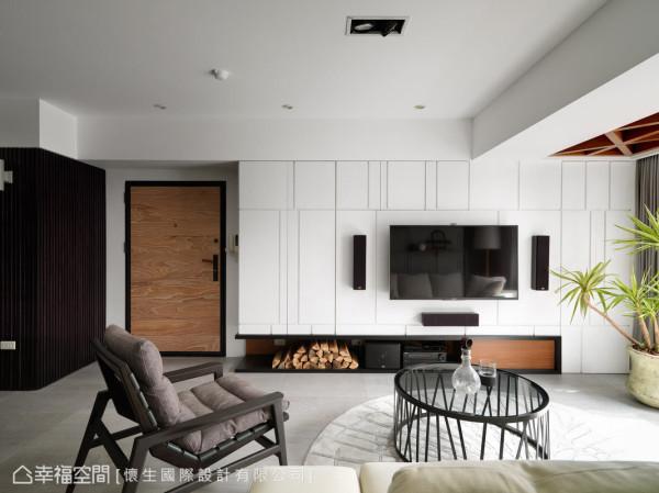纯白的量体以线条切割出现代意象,机柜下则放置堆栈的木头,营造空间中的温暖。