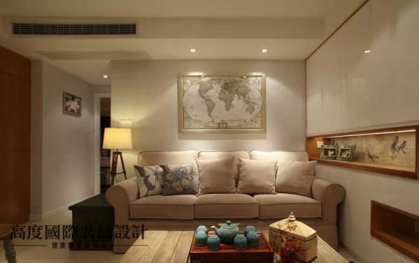 美式布艺沙发,沙发背景是一副世界地图装饰