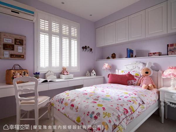 浅紫色的女孩房,以白色系柜体与家具,辅以童趣造型寝饰,呈现天真烂漫气息。