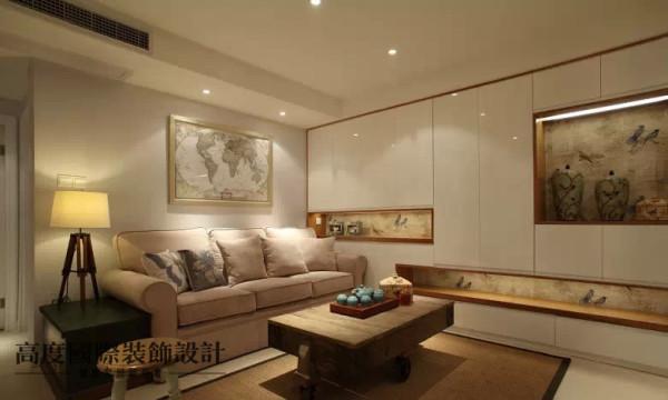 一层的柜子还点缀了壁龛,壁龛用壁纸铺就